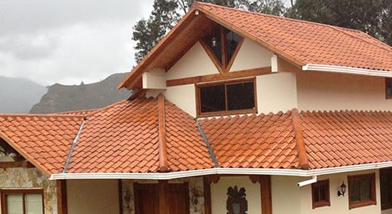 12 bonitas fachadas de casas con tejas fachadas de casas for Tipos de techos de casas