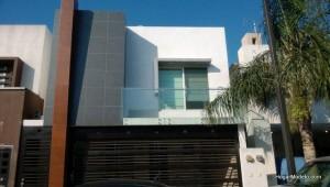 balcon con barandas de aluminio y vidrio