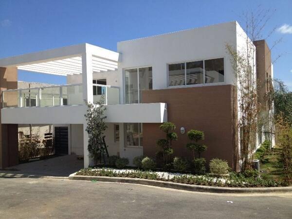 9 fachadas de casas con p rgolas for Casas modernas rectangulares