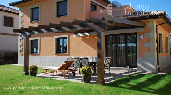 9 fachadas de casas con p rgolas fachadas de casas modernas for Jardines para frentes de casas pequenas