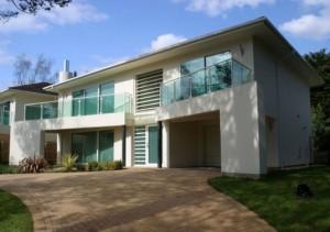 10 fachadas de casas modernas blancas (8)